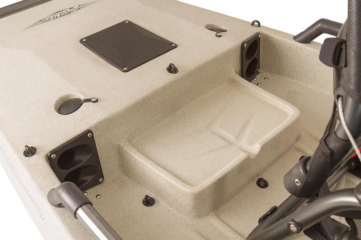 Platz für 12V Trolling Motor Batterie oder Cooler